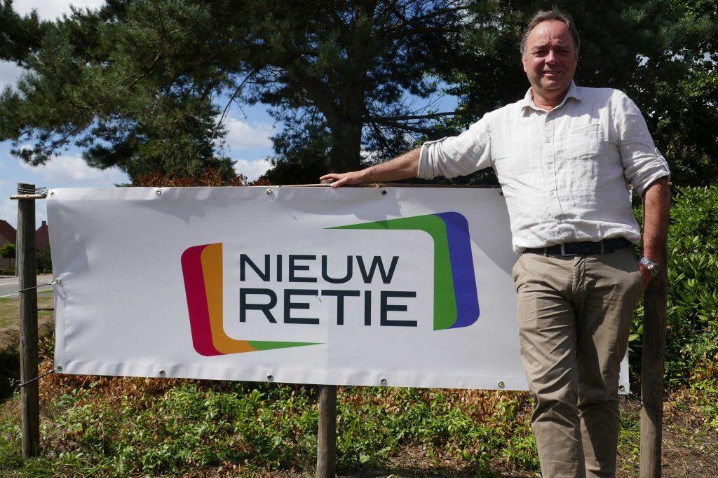 Burgervader Patrick Geuens voor een spandoek van Nieuw Retie