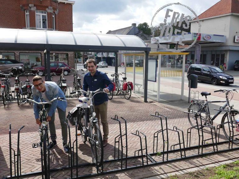 Benjamin en Stef nemen hun fiest aan de bushalte