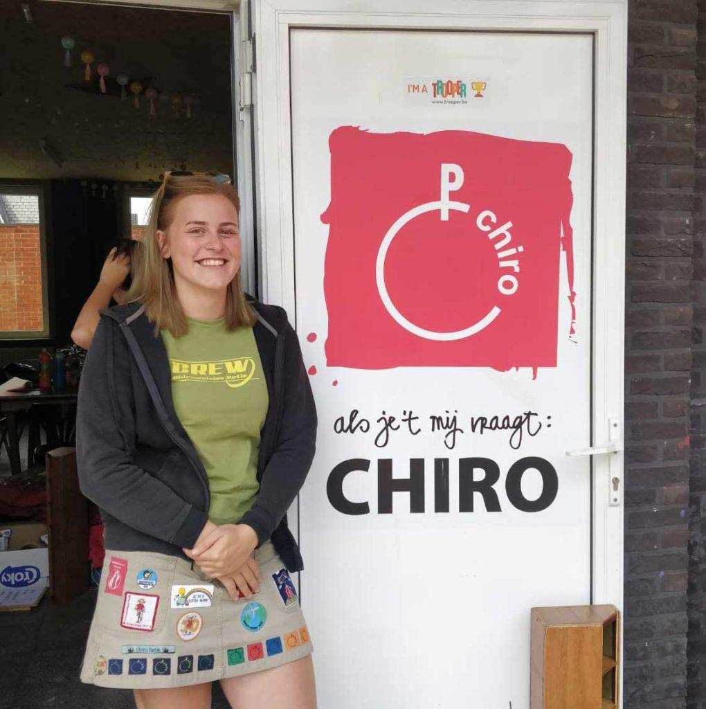 Kato aan de inkomdeur van de Chiro