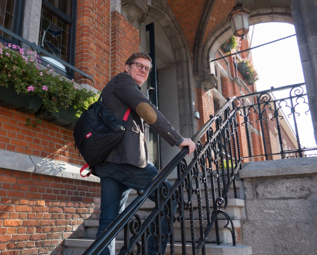 Koen op de trap van het gemeentehuis