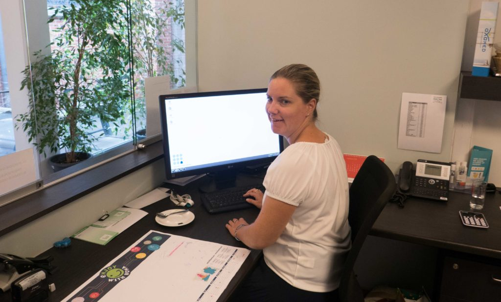 Liesbeth aan een bureau op het RVT Annadal