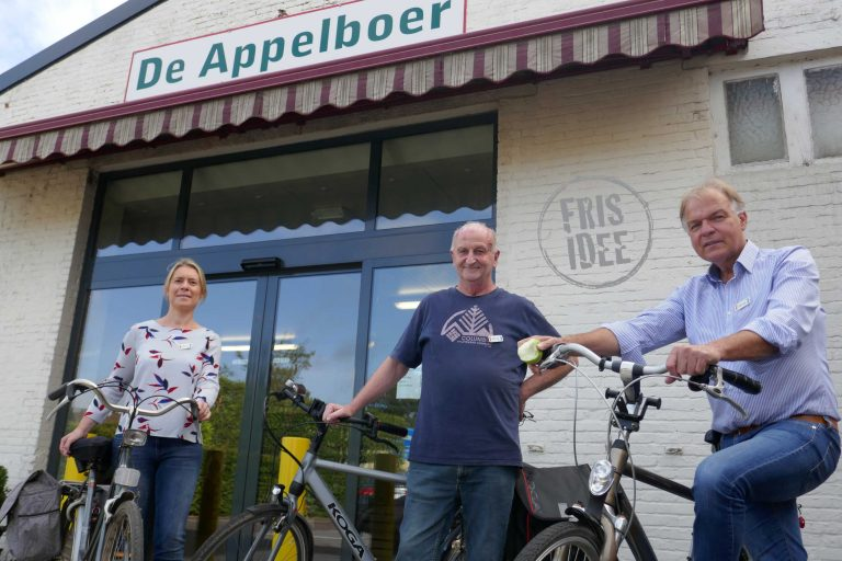 Karolien, Paul en Luc voor een lokale fruithandel