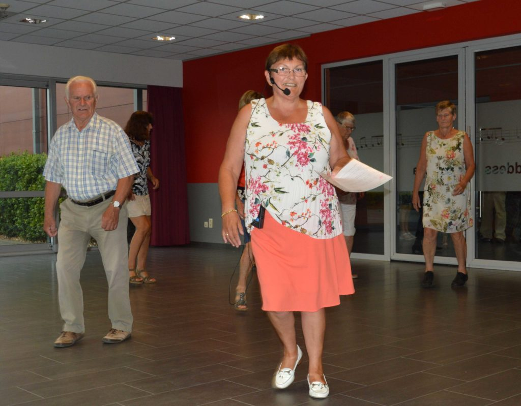 Maria geeft les in lijndansen