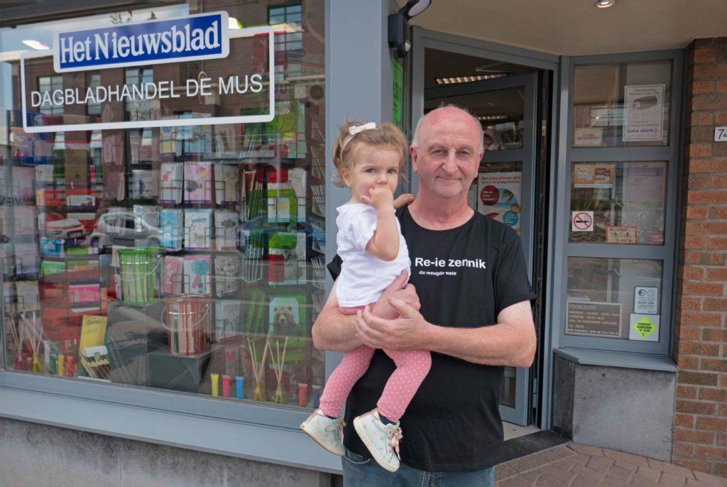 Paul met zijn kleindochter Maud voor de dagbladhandel