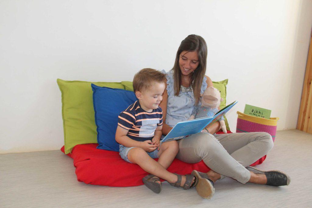 Natalie leest voor aan kind