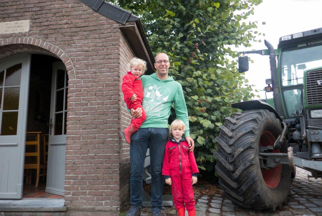 Niels met kinderen aan de kapel van Kinschot, met tracktor