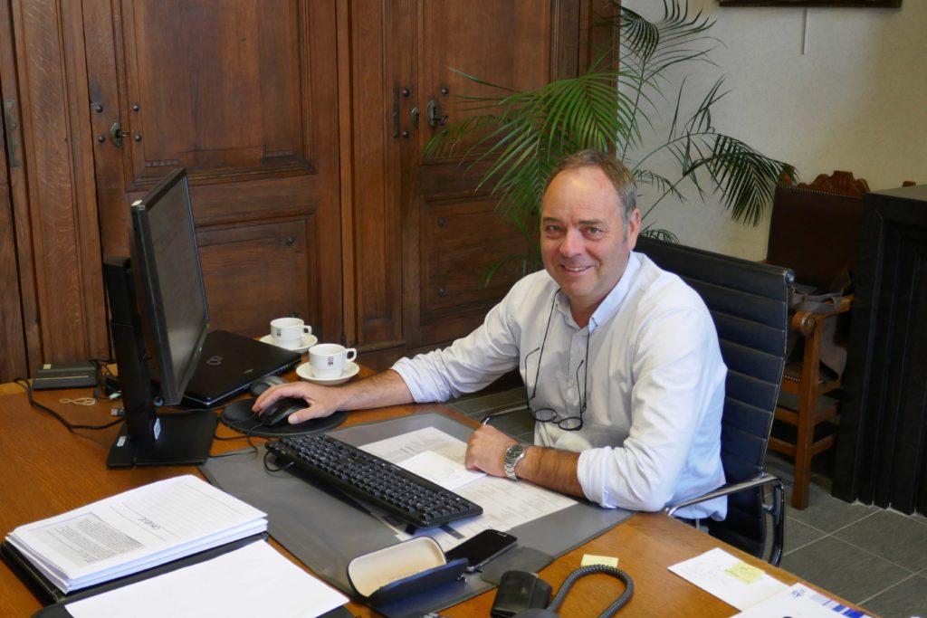 Onze burgervader Patrick Geuens op zijn kabinet.