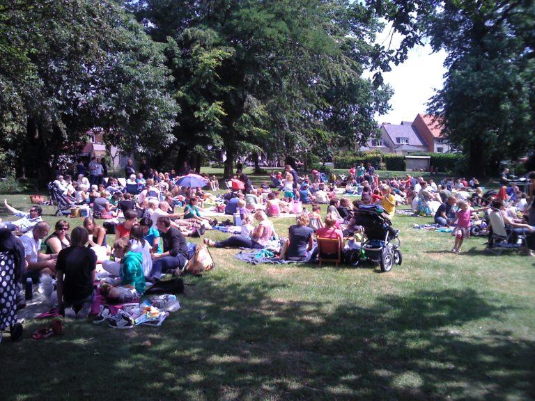 Veel volk op picknick aan de Vest