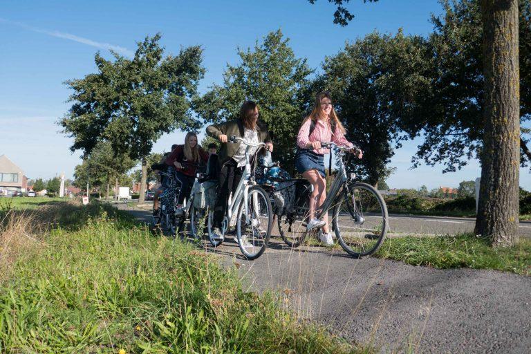Jeugd gaan volop in de remmen voor een bult op het fietspad