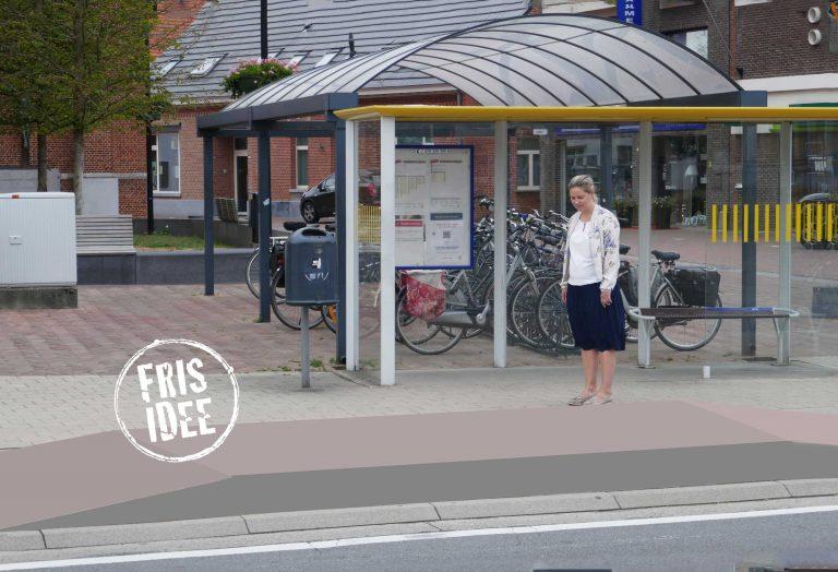 Liesbeth keurt een gefotoshopt opstapplateau aan de bushalte